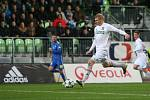 Karvinští fotbalisté (v bílém) vydřeli doma bod proti herně lepšímu Liberci.