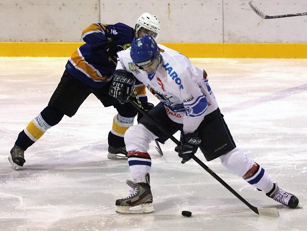 Orlovští hokejisté (v bílém) zdolali na závěr krajské ligy druhou Kopřivnici...