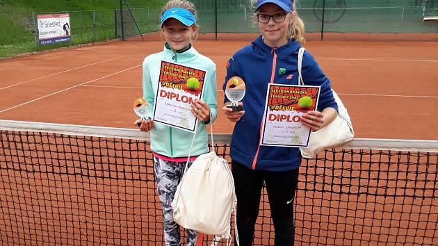 Zleva finalistka Karolína Ondrášková a vítězka Adéla Žingorová.