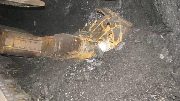 Práce v podzemí černouhelné šachty. Důlní kombajn. Ilustrační snímek.