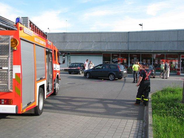 Místo nešťastné nehody, kde couvající automobil přejel malé dítě.
