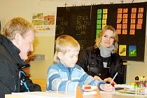 Malý Simon se při zápisu do školy vůbec nestyděl a předvedl, jak se umí pěkně podepsat.