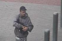 Neznámého zloděje zachytila kamera při krádeži kola před vstupem do obchodního domu Tesco v Havířově.