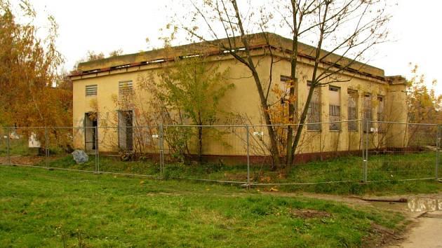 Ruina bývalé trafostanice v Lázeňské ulici.