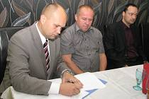 Podpis koaliční smlouvy mezi KSČM, ANO 2011 a Hnutím pro Havířov. Zleva: Josef Bělica (ANO 2011), Petr Špok (HPH) a Daniel Pawlas (KSČM).