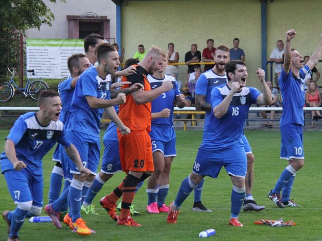 Havířovští hráči se radují po vítězném penaltovém rozstřelu.