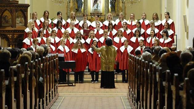 Pěvecký soubor Permoník na koncertě v kostele Nejsvětějšího Srdce Ježíšova v Masarykových sadech.