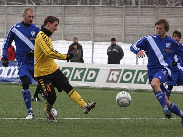 Karvinští fotbalisté (ve žlutém) zvítězili v dalším přípravném duelu nad Frýdkem-Místkem.