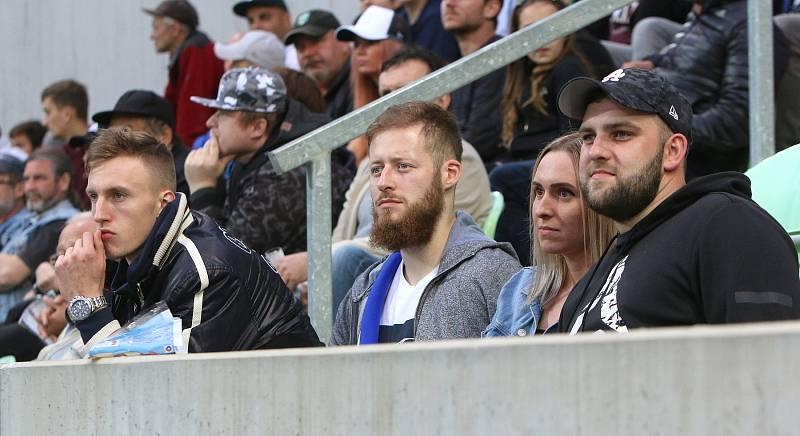 Zápas si nenechali ujít ani karvinští házenkáři Dominik Solák (vlevo) a Jan Užek (uprostřed).