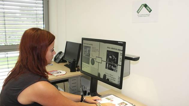 Projektová manažérka Regionální knihovny Karviná Vladěna Turowská představuje čtecí lupu s monitorem pro slabozraké čtenáře.