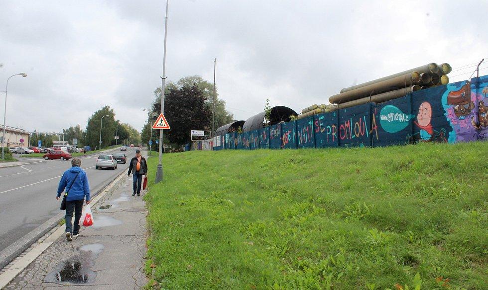 Graffiti na zdi Průmyslového parku Karviná upozorňují na násilí na dětech.
