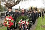 Na hřbitově v Karviné-Dolech si v pátek členové Kroužků krojovaných horníků připomněli důlní tragédii starou 95 let, kdy při výbuchu na Dole Gabriela zemřelo 15 horníků.