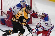 Hokejista Bostonu David Pastrňák (v černém) má na kontě 200 gólů v NHL.