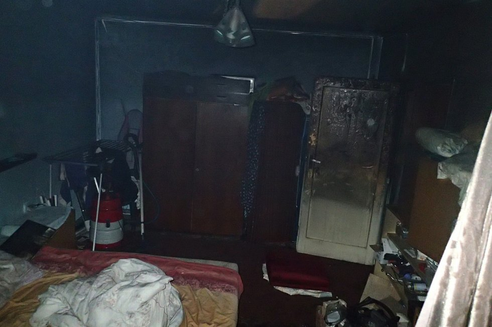 Hasiči zasahovali v noci ze soboty na neděli v Karviné-Novém Městě u požáru bytu. Hlavní pomoc prokázal hasičský automobilový žebřík AŽ 37 Mercedes, pomocí něhož zachránili ze silně zakouřeného domu celkem 5 osob a psa.