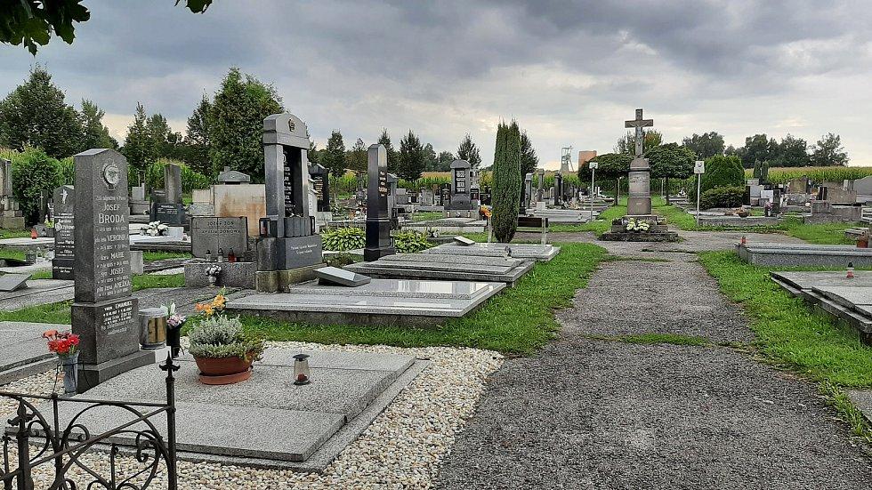 Karviná-Louky. Z původní obce zbylo torzo poté, co její velká část padla v 80. letech za oběť těžbě uhlí. Loucký hřbitov leží na hranici se Stonavou.