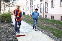 Oblast mezi ulicemi Mírová a Havířská v Karviné-Novém Městě se hemží dělníky a stavební technikou. Hotovo má být v srpnu.