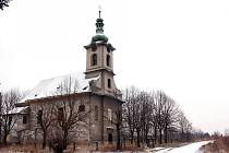 Na kostele visí cedule upozorňující na zákaz vstupu. Některým to však nevadí.