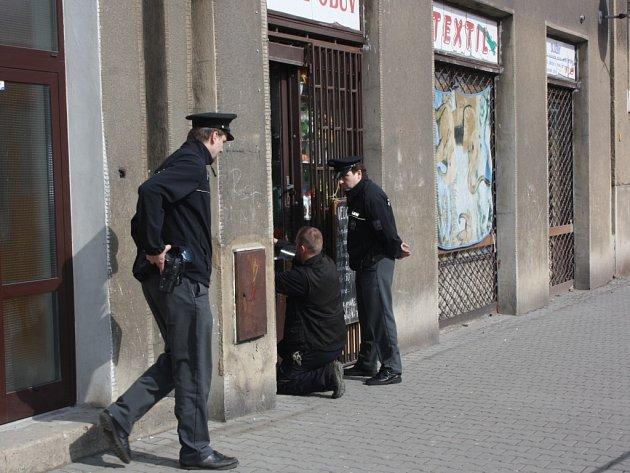 Policisté při práci místě činu.