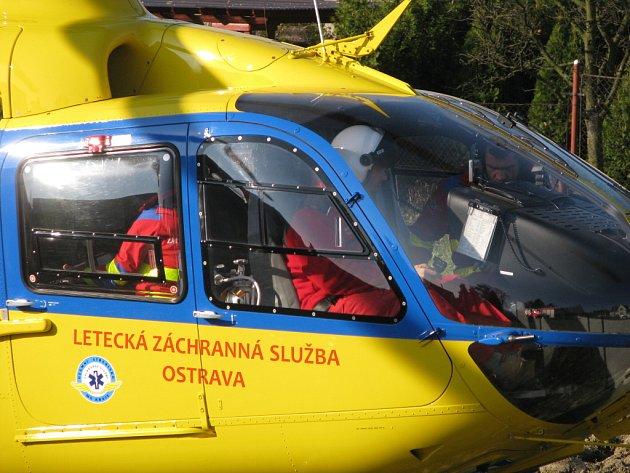 Posádka záchranného vrtulníku. Ilustrační snímek.