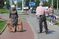 Tak přesně takto to nemá vypadat chodec v části chodníku pro cyklisty, cyklista v části pro pěší. Strážníci slibují, že letos se situaci na dělených chodnících budou více věnovat.  Ilustrační foto.