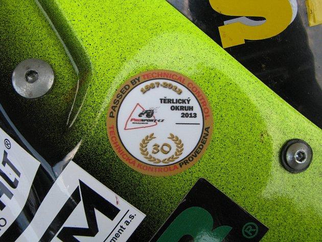 Technická přejímka závodních strojů před víkendovým Zlatým kahancem.