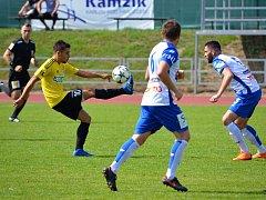 Karvinští zdolali v přípravě Znojmo. Dvěma góly se blýskl Ondřej Lingr (ve žlutém).