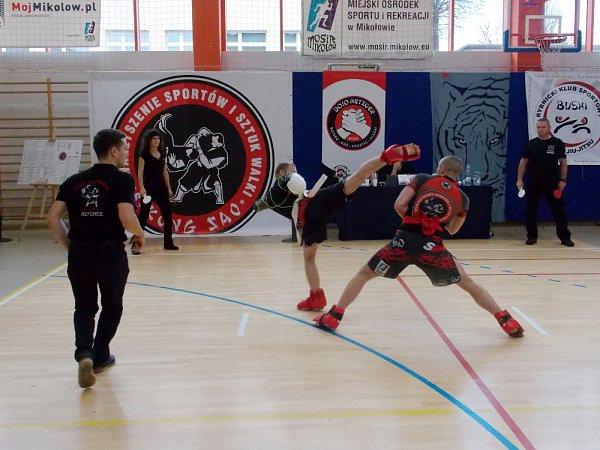 Marek Szweda provádí high-kick.