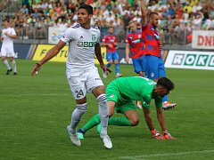 Karvinské fotbalisty (na snímku Venezuelan Ramirez) čeká televizní duel.