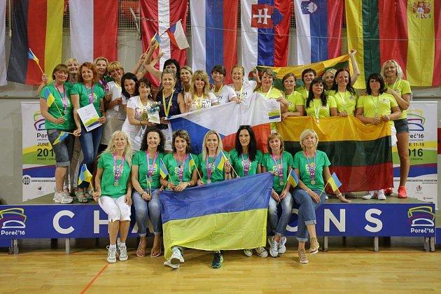 České basketbalistky (vbílém) zkompletovaly ziskem titulu sbírku cenných kovů zevropských šampionátů.