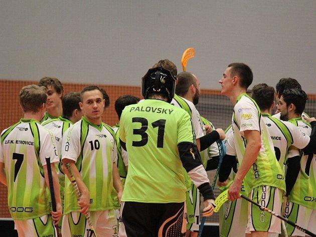 Florbalisté Petrovic (v zeleném) uspěli proti Slovanu Havířov.