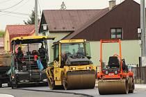 Silničáři při opravě Lázeňské ulice v Darkově. Oprava trvala rok.