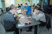 Alexej Kislinky (vpravo) získal důležité vítězství nad Jaroslavem Burešem ze Starého Města.