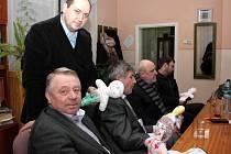 Ředitel mukačevské školy Jurij Holiš (stojící) předal panenky nejen zástupcům Havířova ale také Pelhřimova.