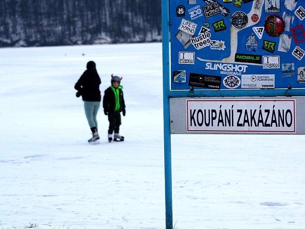 Radovánky na zamrzlé Těrlické přehradě.