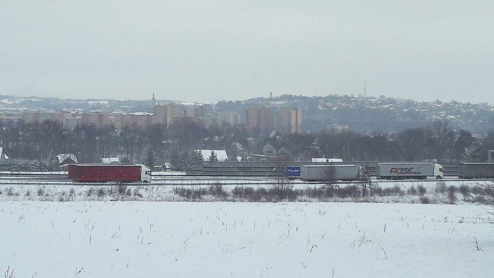 Doprava na D48 v Žukově po sněžení.
