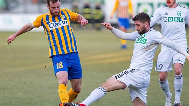 Timotej Záhumenský (uprostřed) odehrál za Karvinou první ligový zápas.