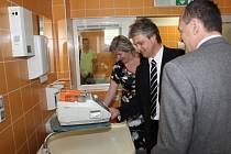 Infekční oddělení v havířovské nemocnici. primář Ivo Mifek ukazuje přístrojové vybavení.
