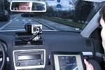 Strážníci využívají nový služební automobil s radarem pro měření rychlosti vozidel.