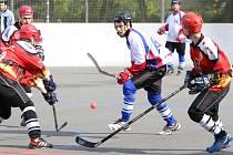 Hokejbalové finále Karviná (v bílém) - Opava.
