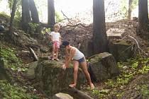Děti si hrají na zbytcích bunkru,  který stával v blízkosti koryta potoku Šadový v Dolním Žukově.