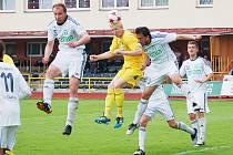 Karvinští fotbalisté (v bílém) prohráli po dobrém výkonu v Sokolově.