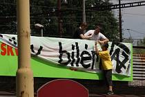 Mladíci vyvěsili plakát s výzvou na místě, kde má reklamu soukromá optika.