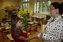 Děti z polské malotřídky, včetně prvňáků, dostali v pátek od své třídní učitelky vysvědčení.