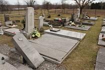 Hřbitov v Karviné-Loukách, jedna z karvinských rodin tam v pondělí našla poškozenou rodinnou hrobku.