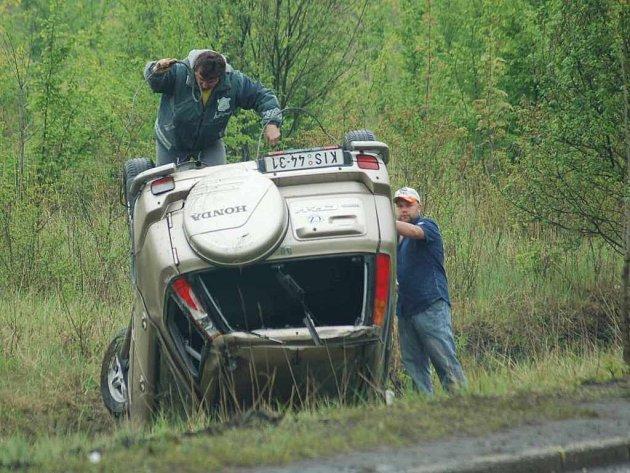 S rozdílem několika málo minut havarovaly včera dopoledne dvě auta. Řidička z Hondy utrpěla jen lehké zranění.