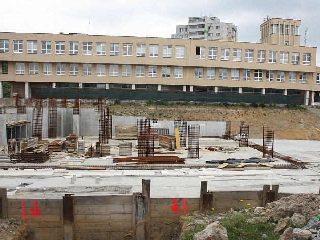 Město Orlová řeší velký problém. V centru zeje velká díra od výstavby nového náměstí, stavba ale nyní stojí a probíhají jednání, jak to bude dál.