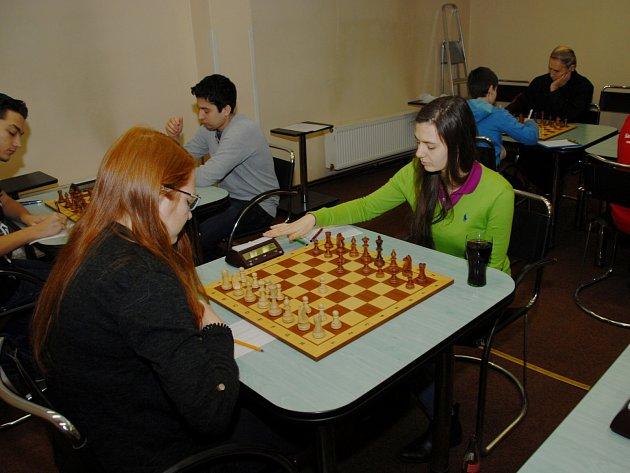 Anna Kubicka (vpravo) dosáhla proti Olomouci nerozhodného výsledku, a to rozhodlo o vítězství Karviné.