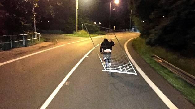 Cyklista převážející ukradený plot. Vyfotografoval ho svědek.
