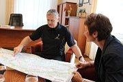 Glenn Clark ukazuje na mapě trasu, kudy pojede po místech, kudy šel jeho otec na tzv. Pochodu smrti.