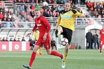 Karvinští fotbalisté (ve žlutém) vezou z Brna bod.
